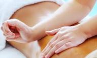 Met een lomi lomi massage wordt getracht blokkades op te heffen en de levenskracht te herstellen.